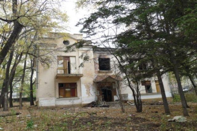 Это редкий пример индивидуального жилого дома в Хабаровске, построенного по типу особняка в формах довоенной неоклассики.