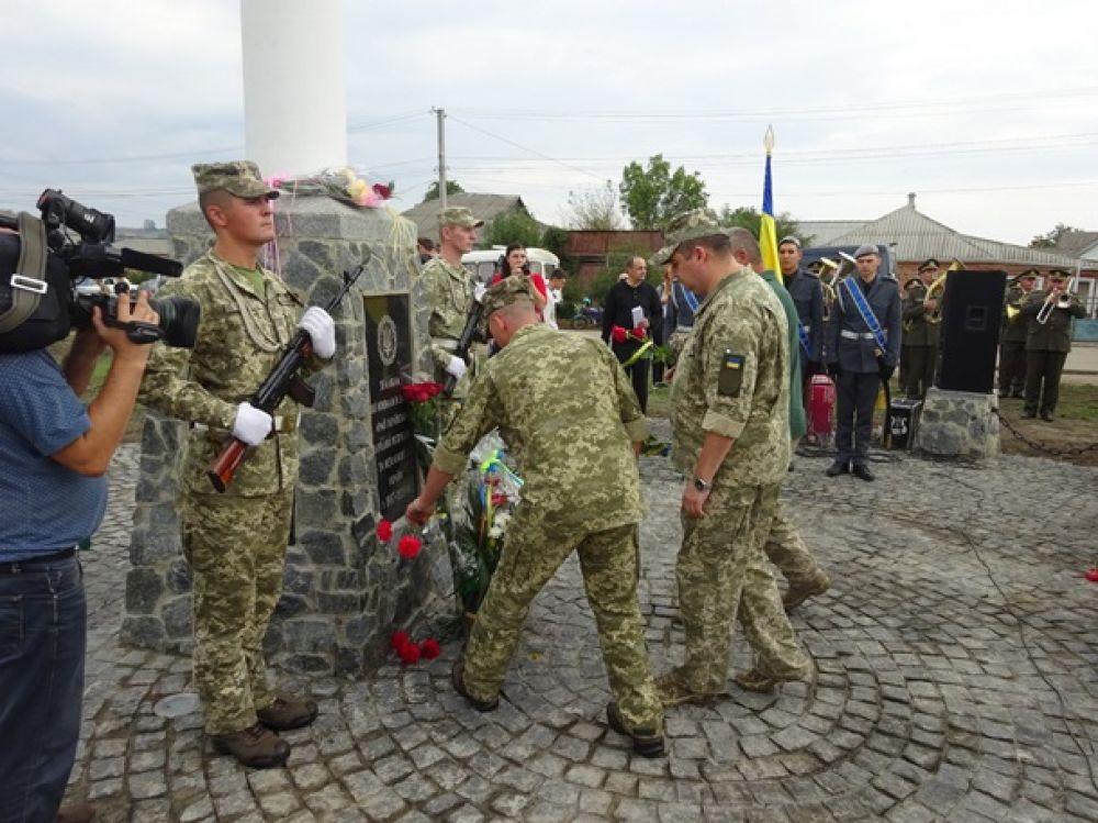 Почетный караул у памятника несли военные Вооруженных сил Украины и реконструкторы, одетые в форму армии УНР.