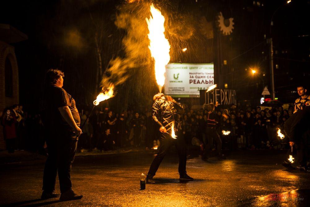 Особенно гостей поражали фокусы и трюки с выпусканием пламени изо рта.