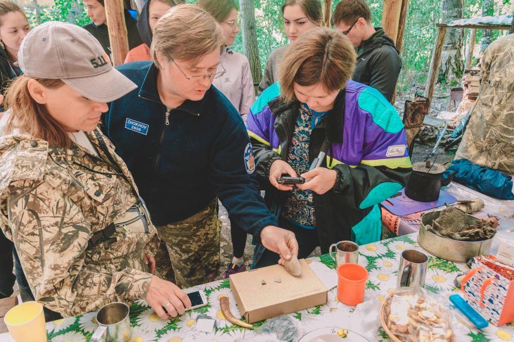 Во время отдыха палеонтологи рассказывали волонтерам о жизни мамонтов, об эволюции и выживании.