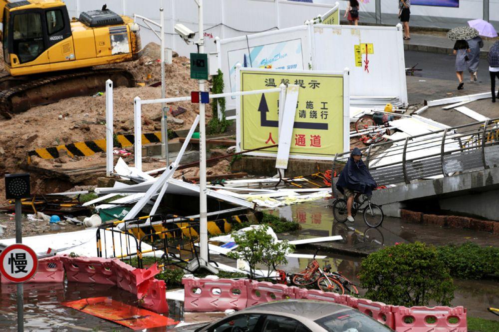 Разрушения на улицах Шэньчжэня.