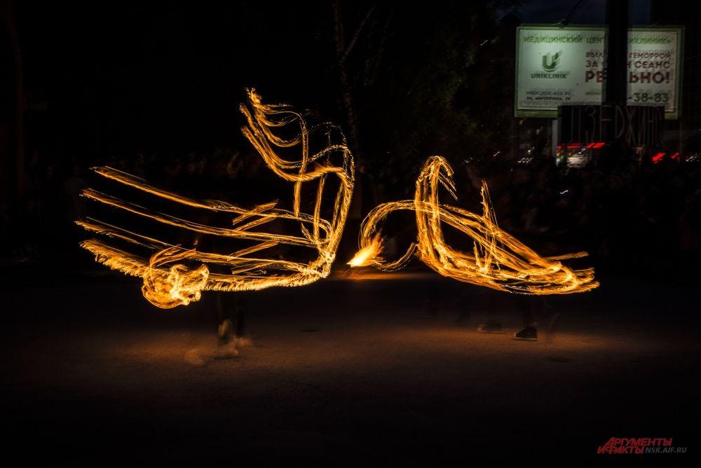Гостей фестиваля завораживали яркие вспышки пламени.