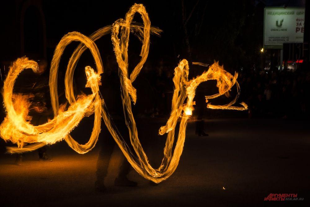 Фаерщики умеют обращаться с огнем.