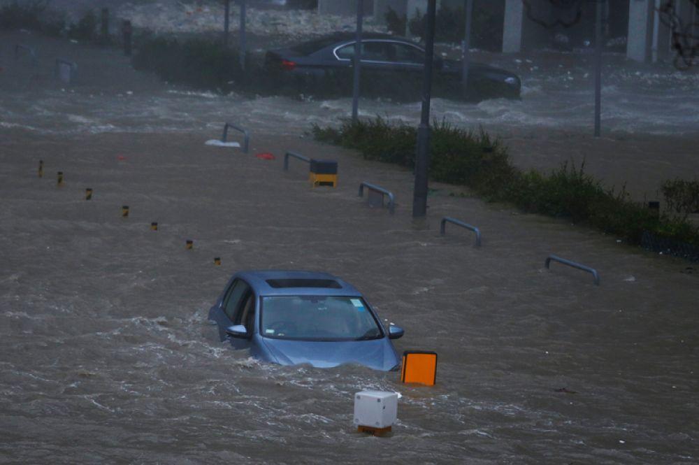 Затопленные улицы Гонконга.
