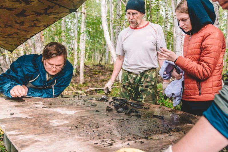 Затем палеонтологи дочищают находки специальным насосом, определяют их ценность и группируют.