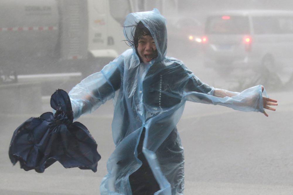 Девушка на улице Шэньчжэня во время тайфуна.