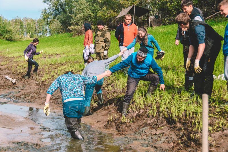 Ручей, в котором добровольцы осуществляли поиски, пропитан родниками и очень топкий.