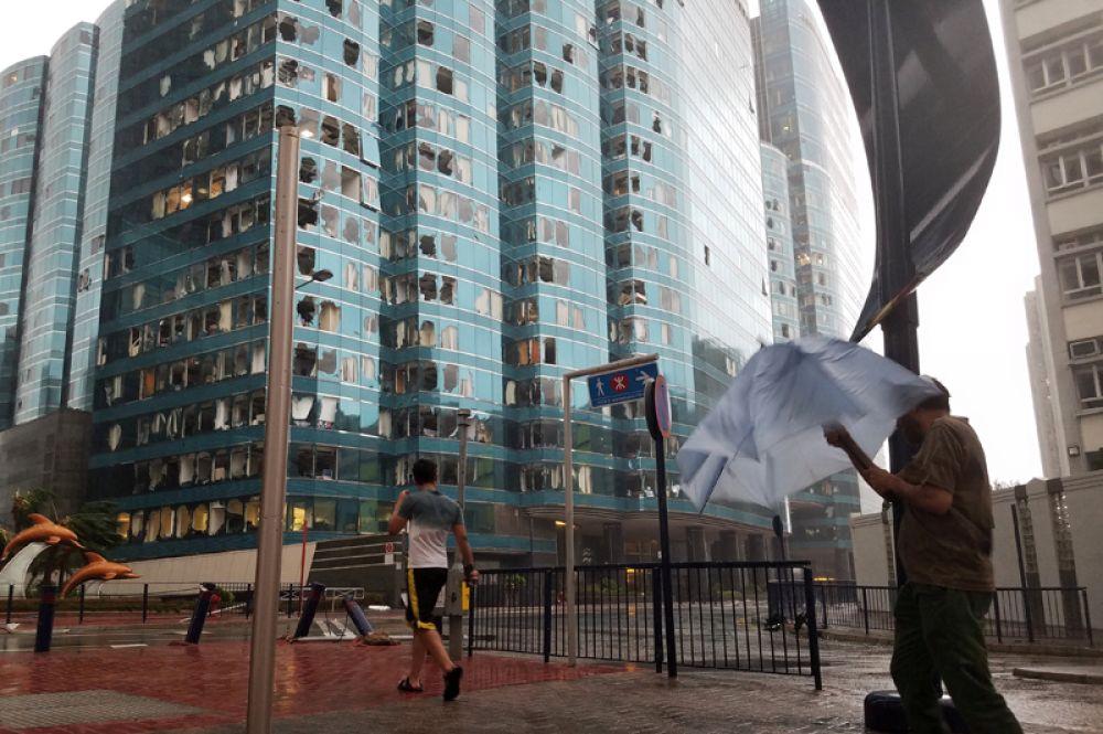 Выбитые стекла в одном из небоскребов Гонконга.
