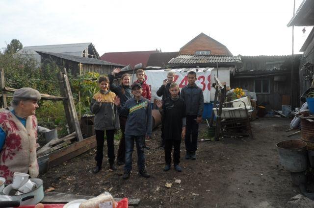 Волонтеры из Ялуторовска помогли бабушке сложить дрова