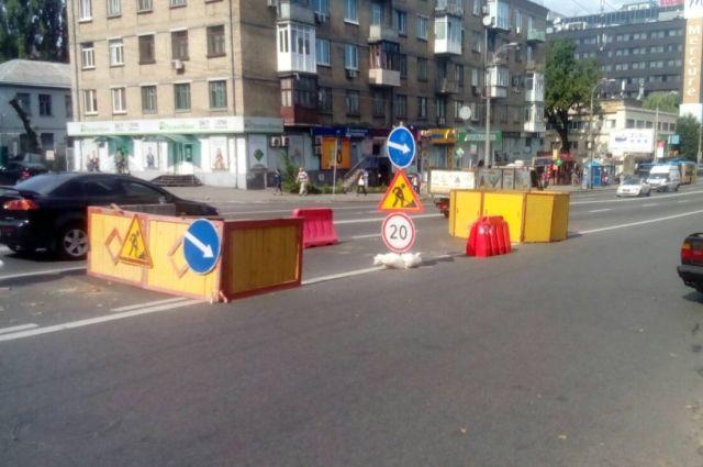 В Киеве на Шулявке образовалась глубокая дыра в асфальте