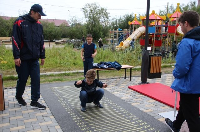 В Салехарде продолжаются работы на спортивной площадке по улице Чкалова