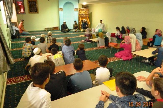 С приветственным словом и пожеланиями успехов в учебе перед детьми выступил глава Духовного управления мусульман Рязанской области Рашид-хазрат Бултачеев.