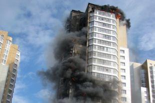 Люди в панике покидали квартиры в домашней одежде.