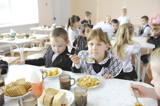 11 тысяч школьников обедают бесплатно.