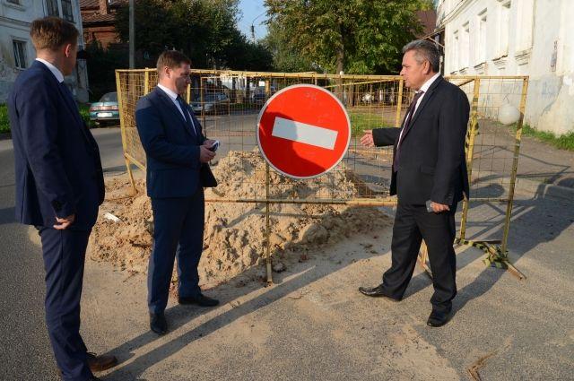 Алексей Смирнов после назначения проконтролировал, как идут работы на дорогах и соцобъектах.