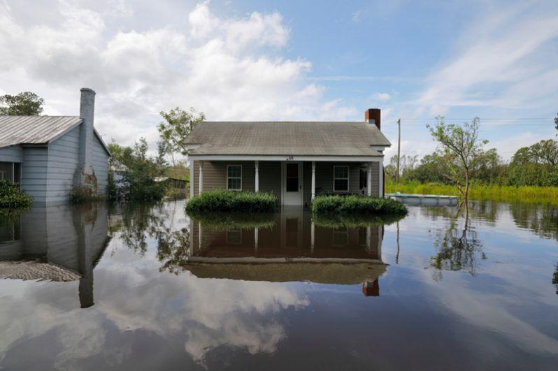 Затопленные жилые кварталы в Бурго. Река Кейп-Фейр вышла из берегов после урагана «Флоренс», Северная Каролина.