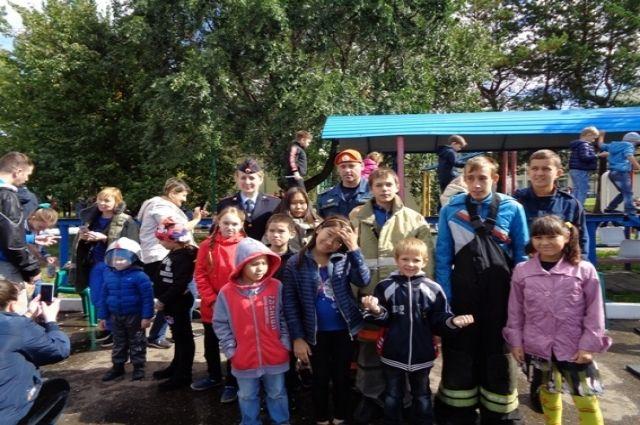 Мальчишки и девчонки с восторгом примеряли экипировку пожарных.