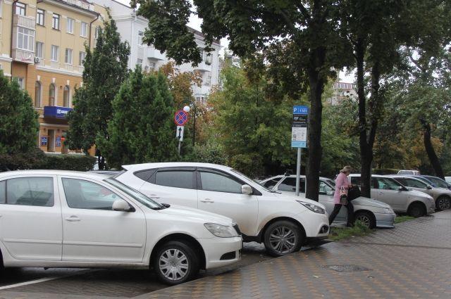 Полицейские советуют оставлять машины в местах, которые хорошо просматриваются, желательно там, где есть камеры видеонаблюдения.
