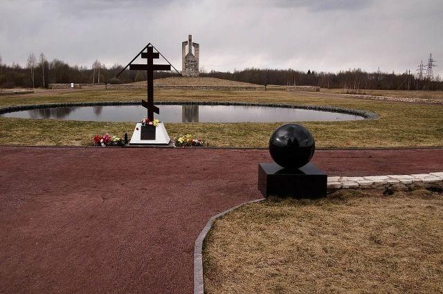 Памятник на месте Дулаг-100 в Порхове