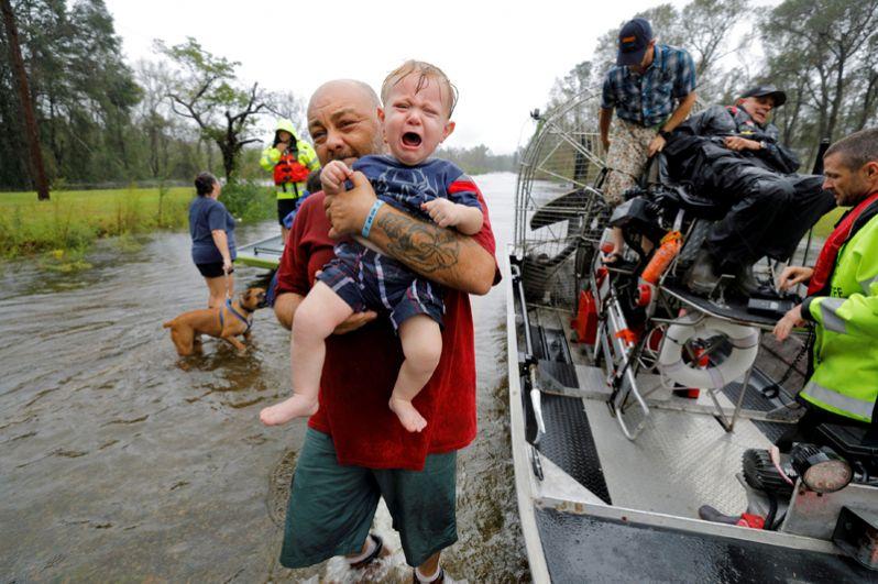 Работа спасателей в Леланде, Северная Каролина.