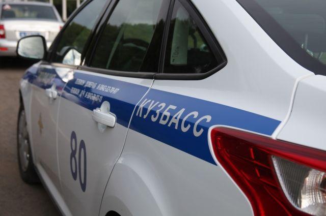 Полицейские получил сигнал о б одиноком ребёнке на ночной дороге от местного жителя.