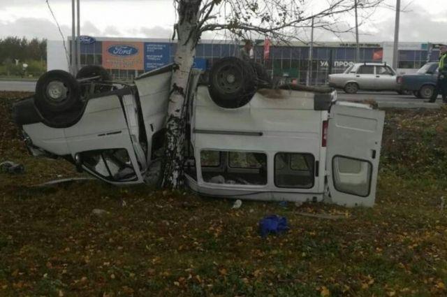 Автобус опрокинулся в кювет.