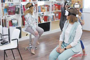 Надев такие очки, посетители «уходят» на виртуальную экскурсию, не выходя из библиотеки.