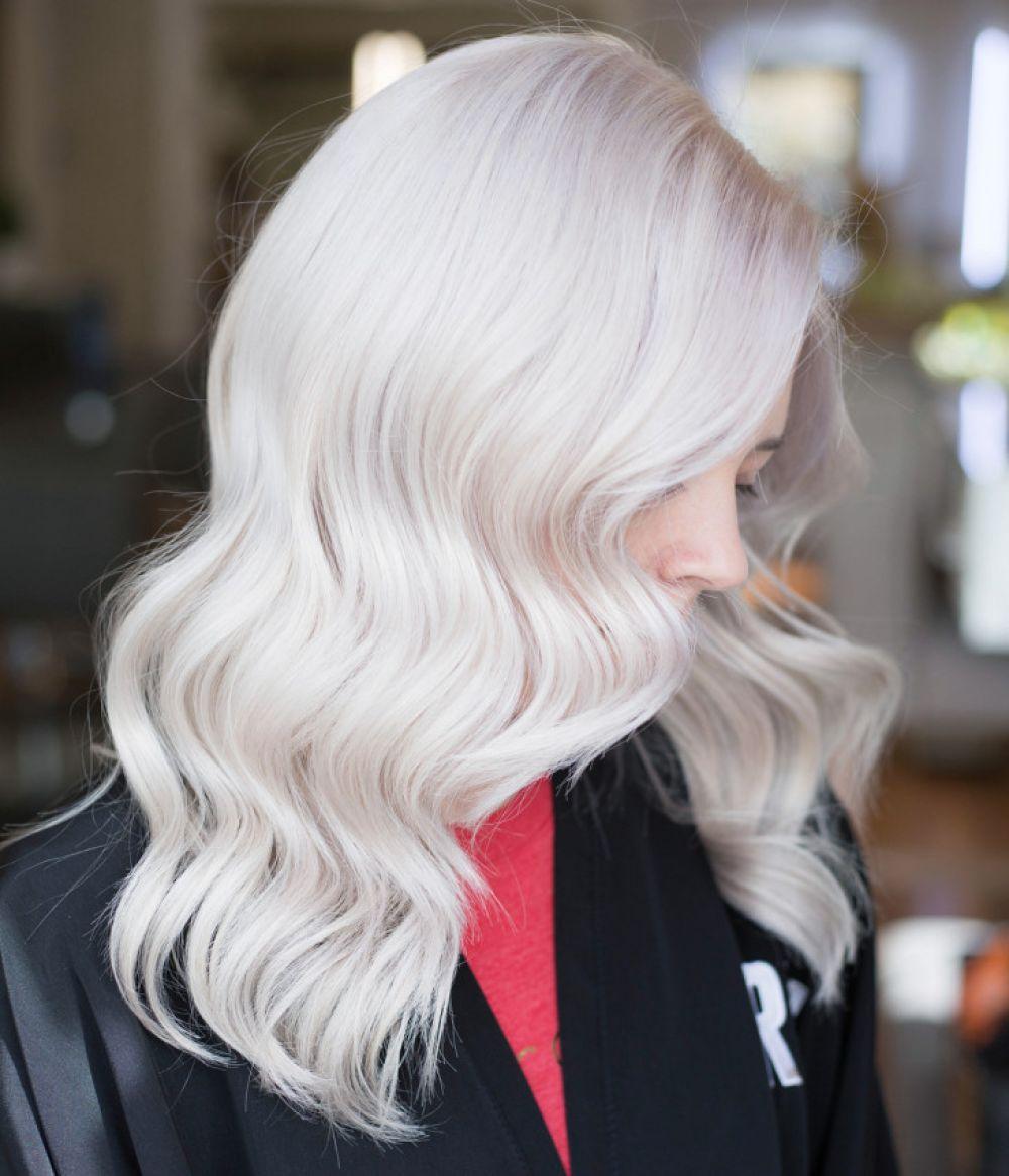 Еще один цвет волос, который не рекомендуется использовать этой осенью - это холодный снежный блонд. Не пепельный, не пшеничный или холодный, а именно снежный, который вообще мало кому идет.
