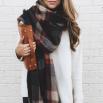 Объемные шарфы, особенно - в клетку, которые занимают пол-живота, также уходят из моды. Вместо них появляются шелковые платки.
