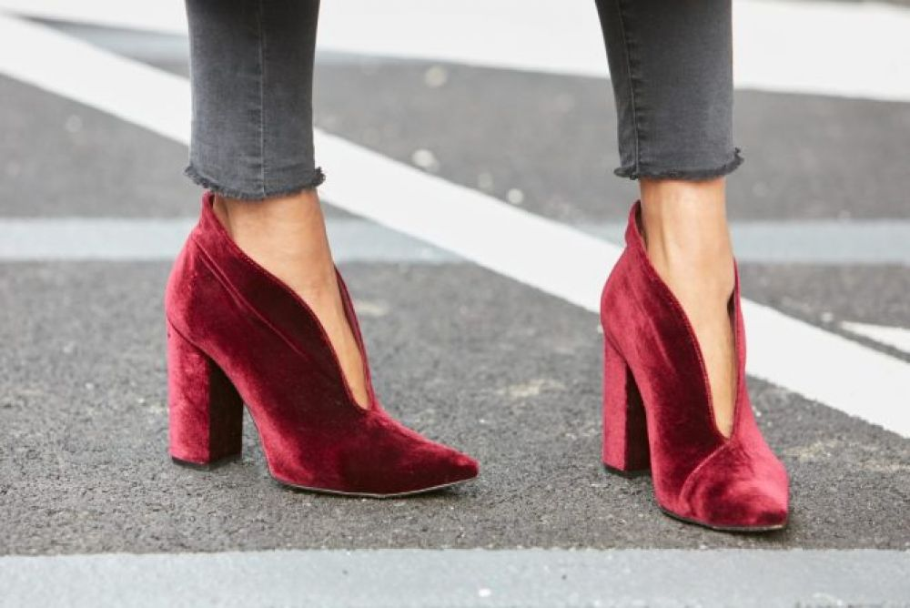 Бархатная обувь - это вообще отдельная отрасль моды. Бархатные туфли, ботильоны, полуботинки покоряют своим необычным видом на ноге. Но увы, этой осенью лучше спрятать их подальше.