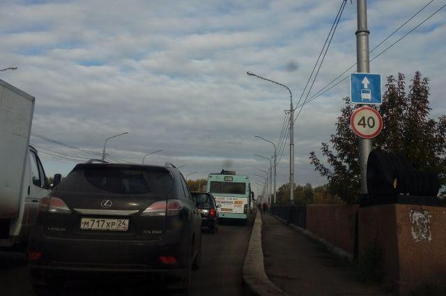 Знак предупреждает о том, что двигаться в крайней правой полосе можно только автобусам.