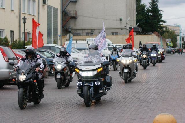 Омские байкеры проехались по улицам Новосибирска.