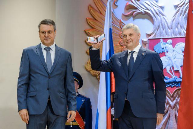 Глава облизбиркома Сергей Канищев вручил Александру Гусеву удостоверение губернатора.