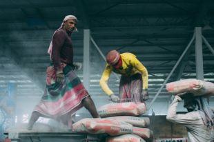 Даже на стройплощадке бенгальцы работают в лунги - мужских юбках.