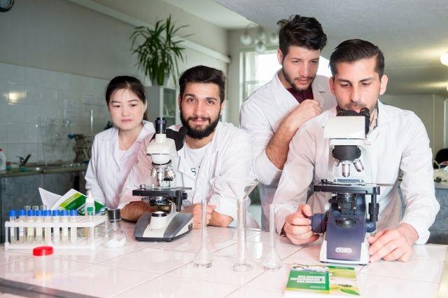 Иностранные студенты ЮУрГУ проводят исследования в лаборатории Высшей медико-биологической школы университета.