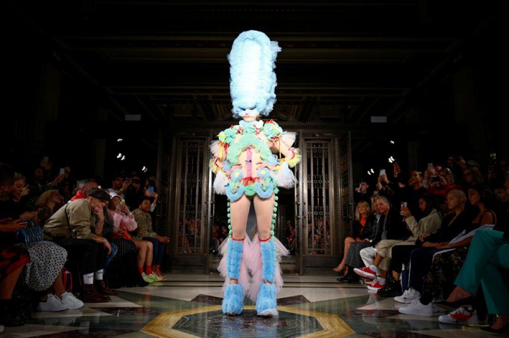 Необычные костюмы представила модельер Pam Hogg.