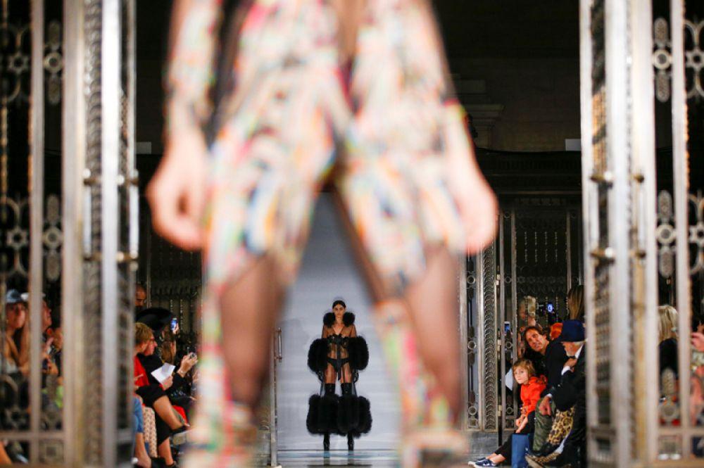 Прозрачные платья на показе Pam Hogg.