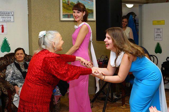 Старики радуются, когда к ним приезжают гости.