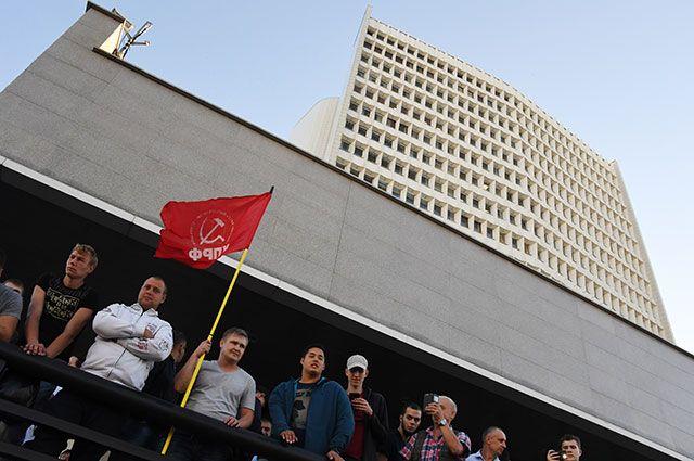 Стихийная акция протеста несогласных с предварительными итогами второго тура выборов губернатора Приморья у здания краевой администрации.