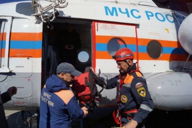 Туристы дожидались помощи спасателей на берегу косы.
