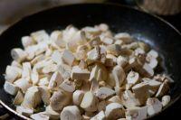 Здоровые люди после 14 лет могут лакомиться грибами два раза в неделю.