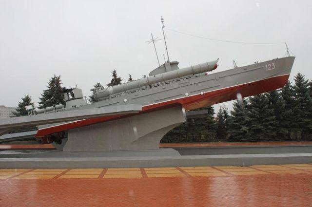 Памятный знак морякам-балтийцам накренился в 2016 году.
