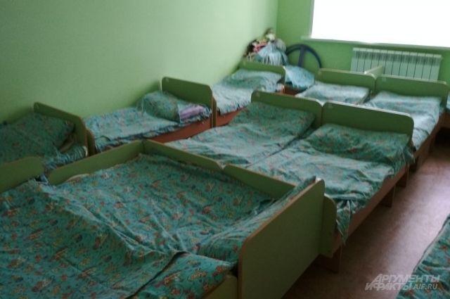 Из-за протекающей крыши на стенах в группах и спальнях детсада появились подтеки, вздулись полы и начала отслаиваться краска на окнах.