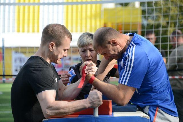 В армрестлинге победу одержал топкинец Денис Корольков (справа).