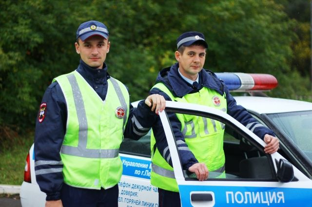 Лейтенанты полиции Алексей Ваняев и Антон Добренюк с мигалками расчистили путь рожающей пермячке.
