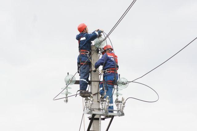 Специалисты занимаются монтажом самонесущего изолированного провода.
