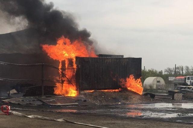 В дзержинской промзоне 12 сентября горело сразу 800 квадратных метров.