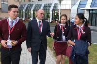 Во Владивостоке Борис Дубровский встретился с челябинскими волонтёрами, которые работали на Восточном экономическом форуме.