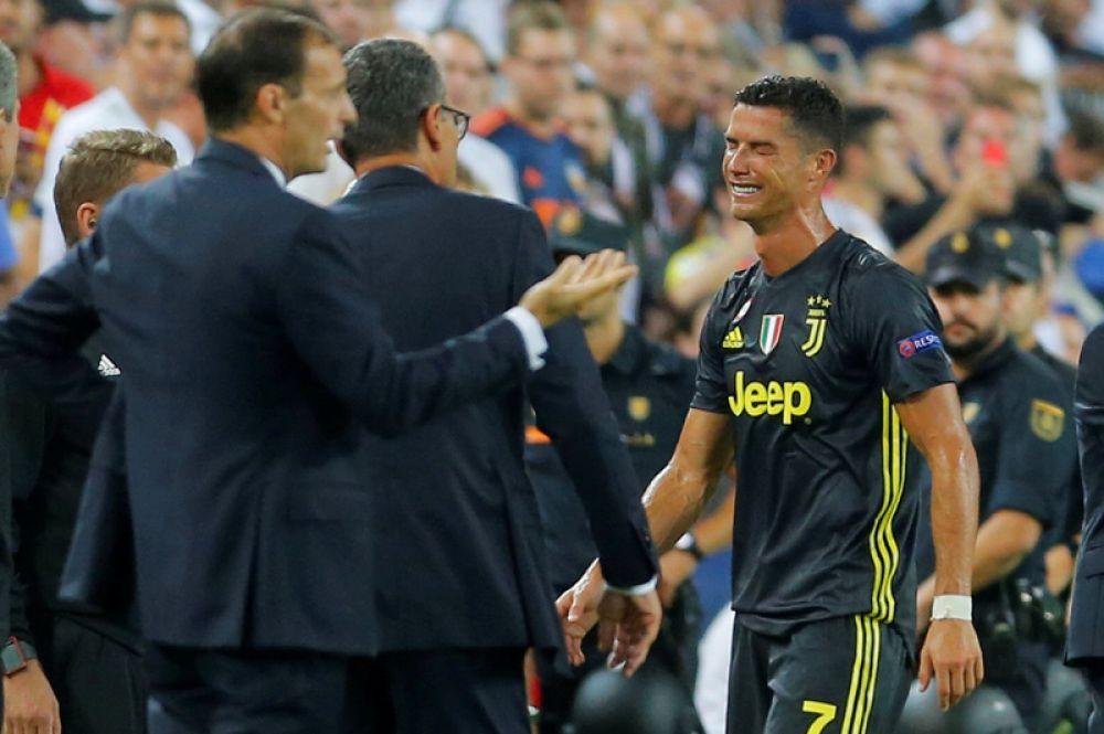 Нападающий «Ювентуса» Криштиану Роналду, получивший красную карточку в матче Лиги чемпионов с «Валенсией» и удаленный с поля, Испания.