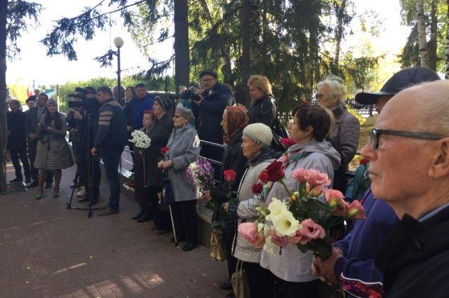 Торжественное открытие памятника жертвам блокадного Ленинграда.